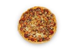 Pizza mit Salami- und Kirschtomaten Stockbilder