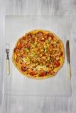 Pizza mit Salami- und Kirschtomaten Lizenzfreie Stockfotografie