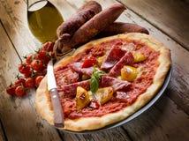 Pizza mit Salami und Pfeffer stockbild