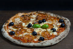 Pizza mit Salami und schwarzen Oliven Stockbilder