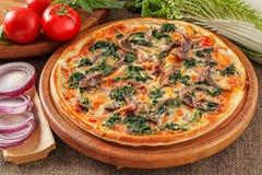 Pizza mit Sardellen Lizenzfreie Stockfotografie