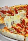 Pizza mit Schinken Stockfoto