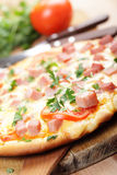 Pizza mit Schinken stockbild