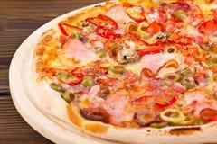 Pizza mit Schinken Lizenzfreie Stockbilder