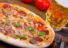 Pizza mit Schinken Lizenzfreie Stockfotos