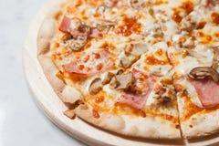 Pizza mit Schinken, Pilz, Abschluss oben Lizenzfreie Stockfotos