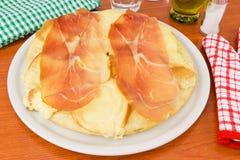 Pizza mit Schinken und geräuchertem Käse Lizenzfreie Stockbilder