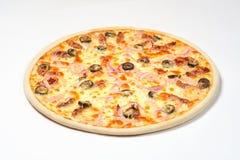 Pizza mit Schinken und sonnengetrockneten Tomaten auf einem weißen Hintergrund Stockbilder