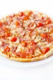 Pizza mit Schinken und Tomate Stockfotografie
