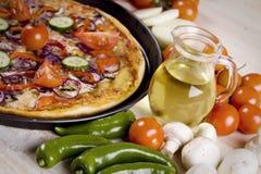 Pizza mit Soße und Teilen Lizenzfreie Stockbilder