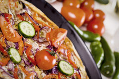 Pizza mit Soße und Teilen Lizenzfreies Stockbild