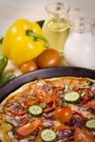 Pizza mit Soße und Teilen Stockfotos