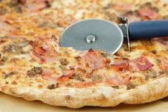 Pizza mit Speck Stockfoto