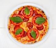 Pizza mit Speck, Käse und Tomate Lizenzfreie Stockfotografie