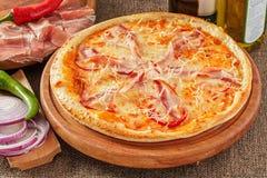 Pizza mit Speck und Pfeffer Lizenzfreie Stockfotos