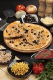Pizza mit Thunfisch und Zuckermais Stockbilder