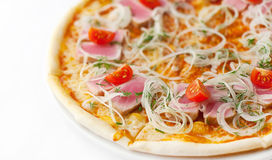 Pizza mit Thunfisch, Zwiebelringen und Kirsche Stockfotos