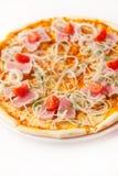 Pizza mit Thunfisch, Zwiebelringen und Kirsche Stockfotografie