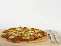 Pizza mit Tischbesteck stockfoto