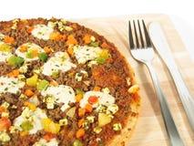 Pizza mit Tischbesteck-Nahaufnahme Lizenzfreie Stockfotos