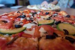 Pizza mit Tomate Cheeze, Knoblauch, Fleisch Schließen Sie herauf Foto Lizenzfreies Stockfoto