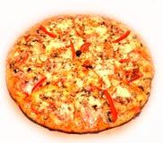 Pizza mit Tomate, Salami und Oliven Lizenzfreie Stockfotografie