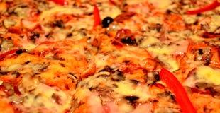 Pizza mit Tomate, Salami und Oliven Stockfotos