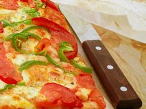 Pizza mit Tomate und grünem Paprika Lizenzfreie Stockfotografie