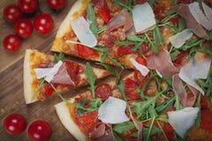 Pizza mit Tomaten lizenzfreies stockfoto