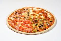 Pizza mit Tomaten und Schinken, Pilze, Zwiebeln, Essiggurken, Oliven, Feta, Mozzarellakäse auf einem weißen Hintergrund Lizenzfreies Stockfoto