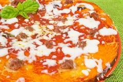 Pizza mit Tomaten und Wurst Stockfoto