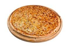 Pizza mit unterschiedlicher Vielzahl des Käses auf hölzernem Brett für ein Verzeichnis oder ein Menü Lizenzfreie Stockfotos