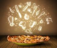 Pizza mit weißen Restaurantikonen und -symbolen Stockbilder