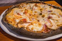 Pizza molto saporita in un caffè immagine stock libera da diritti