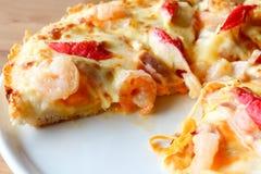 Pizza na bielu talerzu, owoce morza odgórny widok Obraz Stock