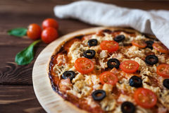Pizza na drewnianym stole zdjęcie stock