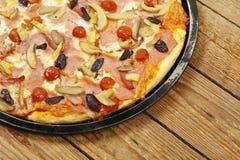 Pizza Na drewnie obrazy royalty free