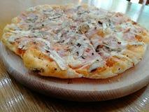 pizza na drewno talerzu zdjęcia stock