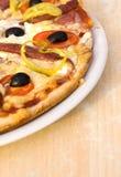 Pizza na placa branca imagem de stock