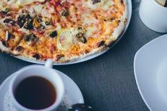 Pizza na talerzu zdjęcie stock