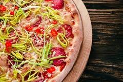 Pizza na Tnącej desce Zdjęcia Royalty Free