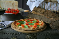 Pizza napolitana con la mozzarella, el tomate de cereza y la albahaca fresca Fotografía de archivo libre de regalías