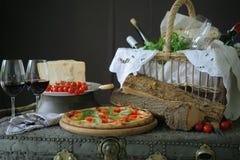 Pizza napolitana con la mozzarella, el tomate de cereza y la albahaca fresca Foto de archivo libre de regalías