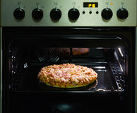 Pizza nel forno Immagini Stock