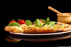 Pizza no preto Fotos de Stock