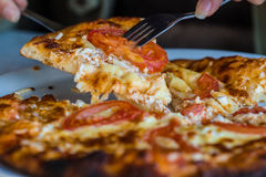 Pizza no restaurante Imagens de Stock Royalty Free