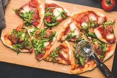 Pizza o Flatbread cortada con el tomate, el queso y salchichones foto de archivo libre de regalías