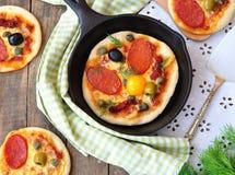 Pizza och ägg för peperoni mini- för frukost Royaltyfri Bild