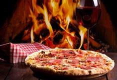 Pizza och exponeringsglas av wine Royaltyfri Bild