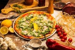 Pizza och gr?nsaker royaltyfri fotografi